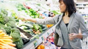 El consumidor cambia los grandes carros de la compra por cestas más pequeñas y habituales